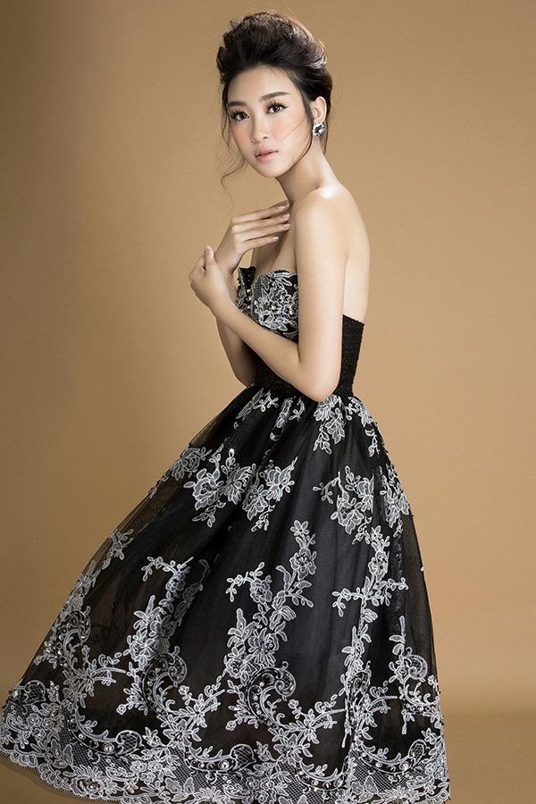 Sở hữu số đo vòng một nổi bật, Đỗ Mỹ Linh chọn diện thiết kế cúp ngực vô cùng gợi cảm. Phần chân váy bồng xòe giúp Hoa hậu Việt Nam 2016 tạo dáng tự do và phóng khoáng hơn. Đây cũng là kiểu trang phục phù hợp cho những buổi tiệc tối quan trọng.
