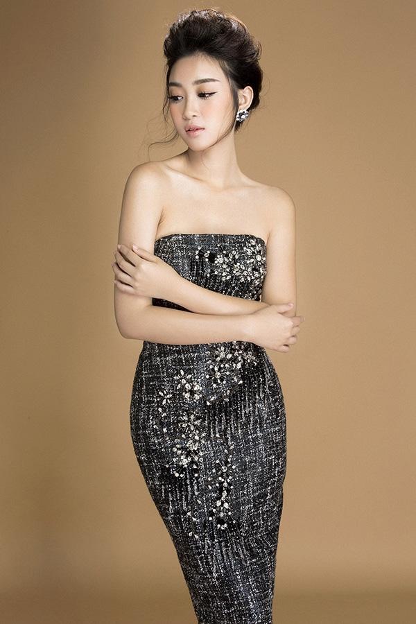 Vóc dáng mảnh mai của đương kim Hoa hậu Việt Nam tiếp tục được ghi điểm trong kiểu váy dài ôm sát. Dáng váy được cắt theo phom chữ A, chiết eo, nở hông và thon dần về gối. Thiết kế này phù hợp cho những sự kiện ít cần di chuyển, đi đứng. Bộ trang phục cuốn hút hơn nhờ phần cúp ngực khoe bờ vai trần nõn nà.