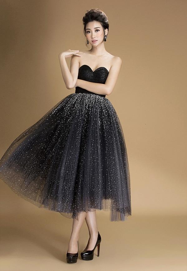 Bộ trang phục cuối cùng là một thiết kế váy quây ngực. Phần thân áo được giữ nguyên sắc đen tuyền. Trong khi đó, tùng váy được xử lý tạo khối bồng bềnh, vừa lộng lẫy vừa không kém phần lãng mạn. Chi tiết ánh kim lấp lánh điểm xuyến trên phần chân váy được đánh giá cao vì mức độ lộng lẫy và khả năng bắt sáng dưới ánh sánh.