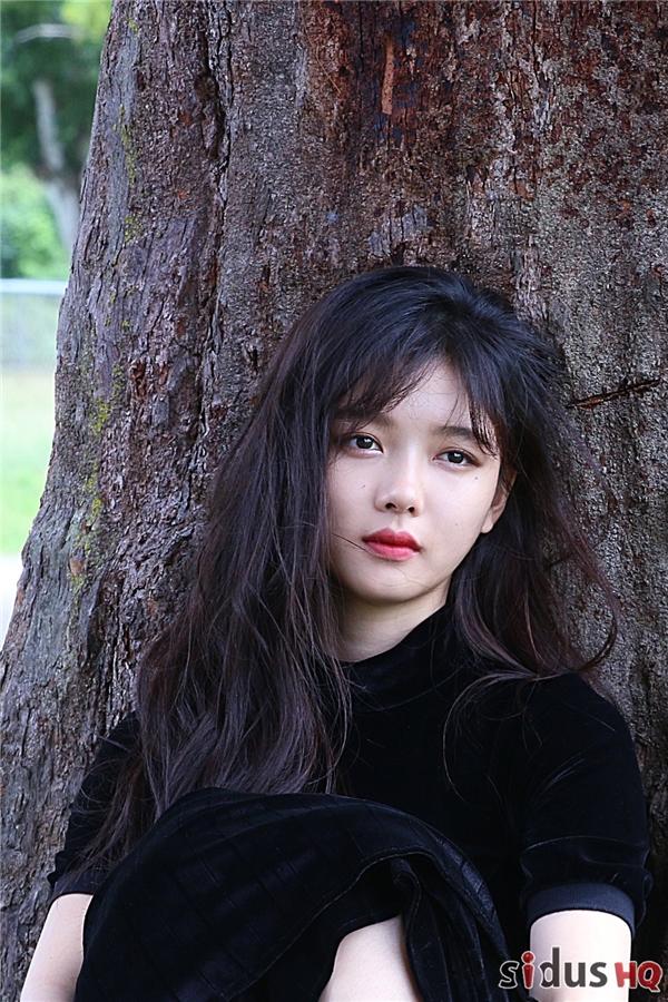 Đôi mắt có hồn tràn đầy cảm xúc của Kim Yoo Jung cuốn người đối diện như lạc vào một thế giới khác.