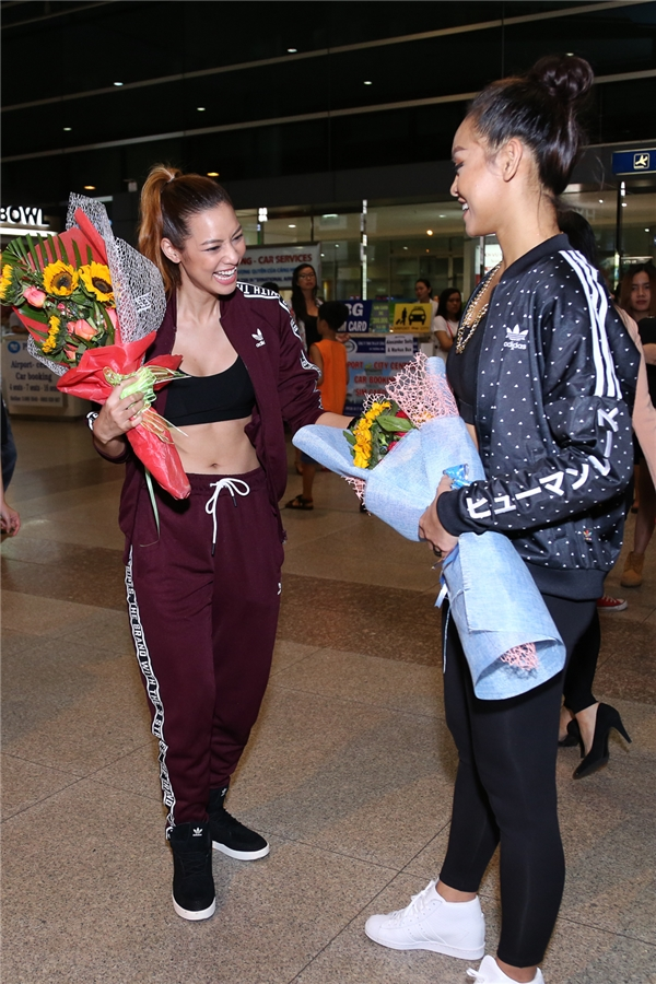 Mai Ngô và Lilly Nguyễn còn chuẩn bị hoa và poster để chào đón Redfoo đến Việt Nam. - Tin sao Viet - Tin tuc sao Viet - Scandal sao Viet - Tin tuc cua Sao - Tin cua Sao