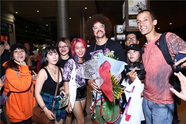 Dù trải qua chuyến bay dài nhưng Redfoo vẫn cảm thấy tươi tắn, vui vẻ khi gặp khán giả hâm mộ tại Việt Nam - Tin sao Viet - Tin tuc sao Viet - Scandal sao Viet - Tin tuc cua Sao - Tin cua Sao