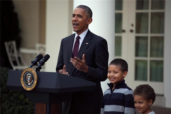 """""""Tất nhiên, lễ Tạ ơn là dịp để đoàn tụ với những người thân yêu, ghi nhận những phước lành của chúng ta và sau một chiến dịch tranh cử dài, cuối cùng chúng ta lại chuyển hướng sự chú ý của mình từ các cuộc thăm dò đến chủ đề gà tây"""", ông Obama phát biểu."""