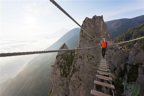 Cầu dây ở đỉnh Lưng Rồng, Mondsee, Áo.