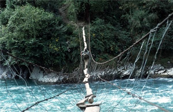 Cây cầu cheo leo chỉ vừa một bàn chân ở thung lũng Dulong, Trung Quốc.