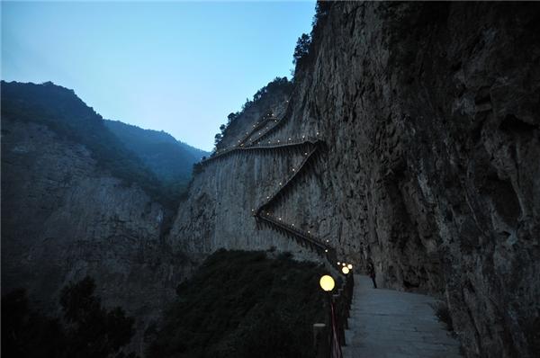 """Lại thêm một con đường """"thót tim"""" ở Trung Quốc."""