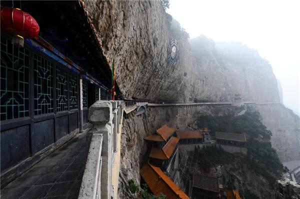 Vùng núi Mianshan, Trung Quốc có một loạt các ngôi đền thờ Đạo giáo nằm trên vách núi đá đã từ rất lâu.