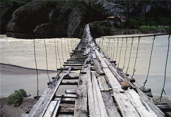Cây cầu gỗ bắc ngang sông Coruh ở đông nam Thụy Sĩ.