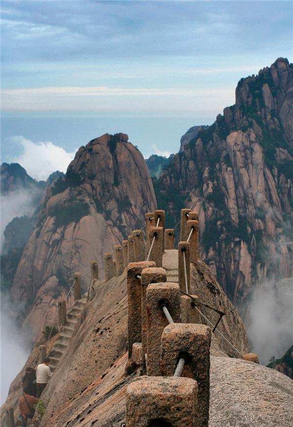 Cây cầu giữa trời mây ở Hoàng Sơn, Trung Quốc.