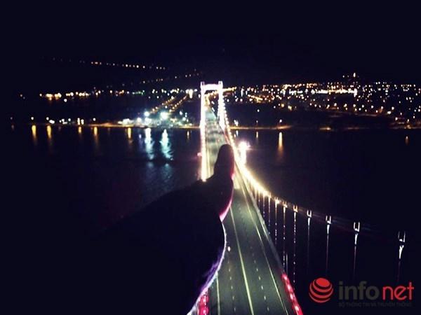 Hình ảnh được chủ tài khoảnD.Pđăng tải lên trang cá nhân của mình được cho là chụp trên đỉnh trụ tháp dây võng cầu Thuận Phước.