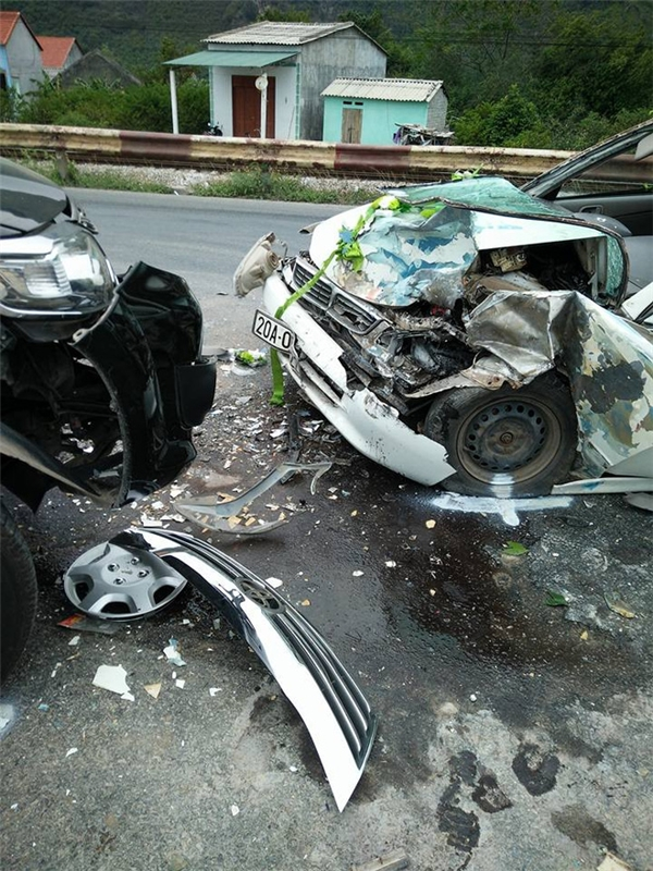 Xe rước dâu gần như hư hỏng hoàn toàn phần thân trước nhưng may mắn là những người trong xe không ai bị thương nặng.