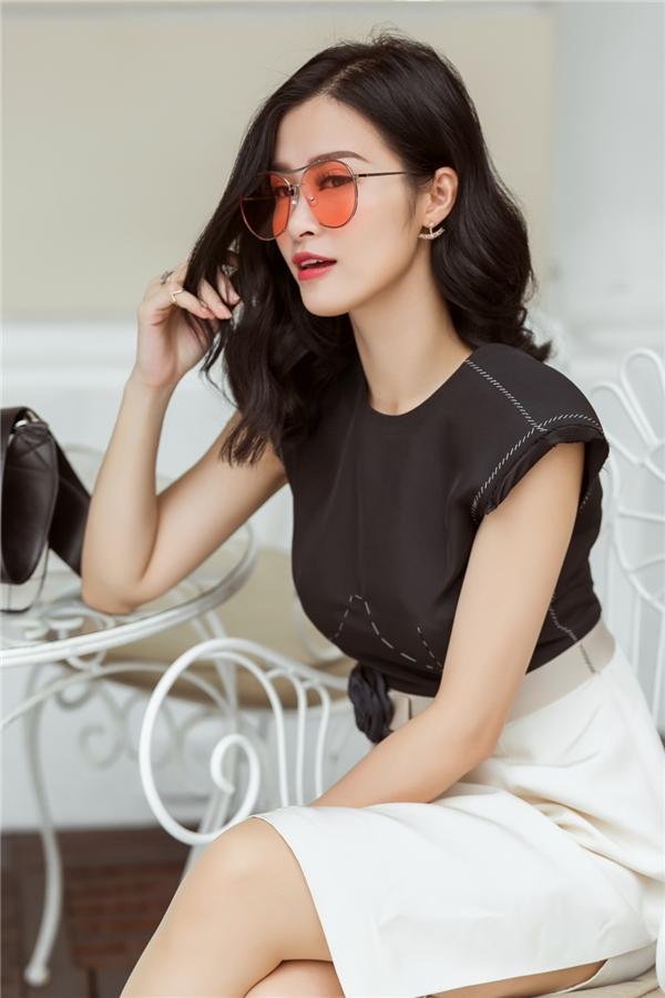 """Kể từ sau thành công lớn của liveshow It's Showtime và mới nhất là giải thưởng Nghệ sĩ Đông Nam Á xuất sắc nhất tại EMA 2016, Đông Nhi đã khẳng định vị trí vững chắc.Cô chính thức ghi tên mình vào danh sách những ngôi sao """"trụ cột"""" của làng nhạc Việt. Đây là thành quả xứng đáng cho cả một khoảng thời gian dài phấn đầu của Đông Nhi."""