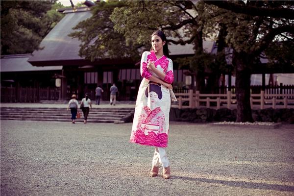 Ngọc Hân duyên dáng, dịu dàng, tự tin khoe sắc khi diện quốc phục tại Nhật Bản.