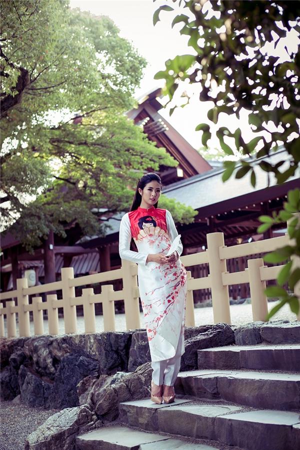 Ngọc Hân chia sẻ, bộ sưu tập được cô lấy cảm hứng từ đất nước mặt trời mọc với những hình ảnh tượng trưng của Nhật như nàng Geisha, hoa anh đào, những ngôi đền...