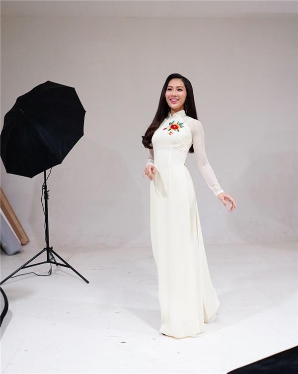 Khi hoàn thành việc giao lưu, Diệu Ngọc ngay lập tức di chuyển đến địa điểm chụp ảnh để kịp hoàn thành những hình ảnh quan trọng với trang phục dạ hội, trang phục truyền thống mà cô sẽ mang đến Miss World 2016.