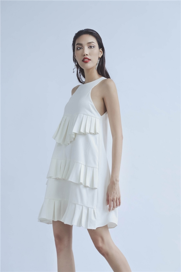 Với tông trắng, Lan Khuê hóa thân thành cô gái thành thị điệu đà, thanh lịch với dáng váy suông giấu đường cong hay áo crop top phối quần culottes.