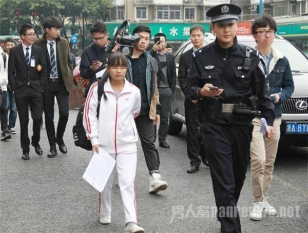 """Hoađã bị cảnh sát mờivề đồn vì hành động """"bán trinh tiết"""" của mình."""
