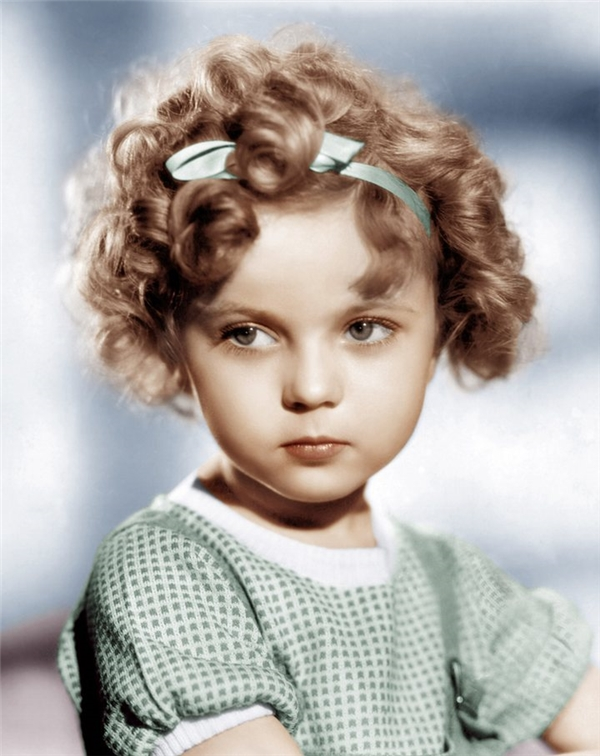Để có được mái tóc uốn lọn nổi tiếng này, cô bé Shirley Temple đã trải qua biết bao chịu đựng và đau đớn.