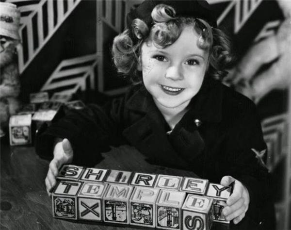 Dù tuổi đời còn rất nhỏ nhưng Shirley Temple phải cật lực đóng phim để kiếm tiền về cho bố mẹ.