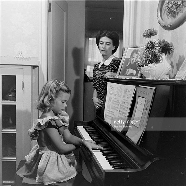 Natalie Wood chơi đàn dưới sự giám sát của mẹ.