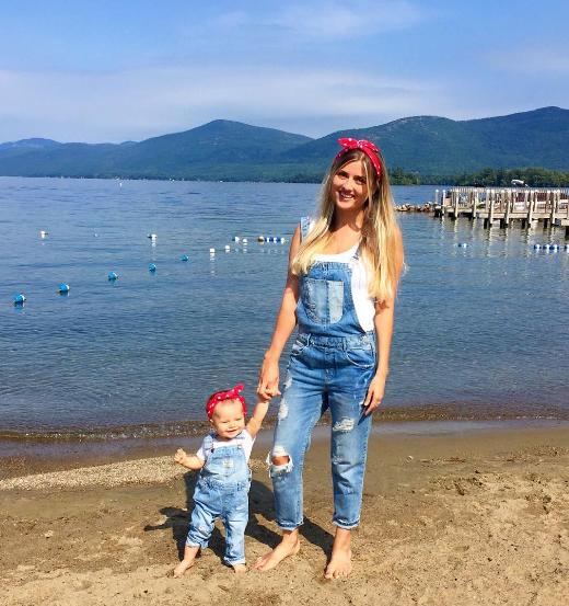 """Bộ áo jeans liền quần kèm nơ cột tóc khiến con gái như """"bản sao nhí"""" của mẹ."""