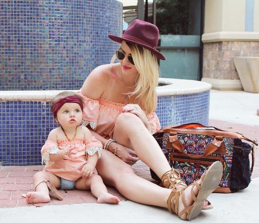 Nữ tính với áo hở vai màu hồng, mẹ và bé thu hút mọi ánh nhìn của người đối diện.