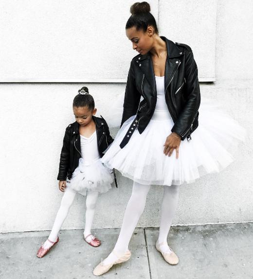 """Hai mẹ con với phong cách ballet trong Hồ Thiên Nga. Dù trang phục tưởng như có khó tìm đến đâu, họ vẫn """"lùng sục"""" được hai kích cỡ cho mẹ và con."""