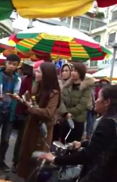 Du khách Việt ăn thử kẹo ở chợ Trung Quốc, bị