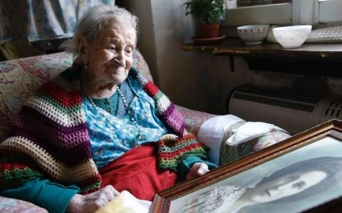 Cụ Emmasống độc thân từ năm 39 tuổi đến nay đã hơn 77 năm. Cụ Emma chia sẻ, sống một mình cũng là lí do phần nào giúp mình thọ lâu. (Ảnh: AFP).