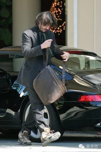 Keanu Reevesthường xuất hiện trong hình ảnh râu ria xồm xoàm, đầu bù tóc rối, ăn mặc lếch thếch.