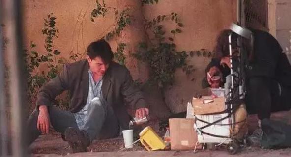 Kiếm được hàng trăm triệu đô mỗi năm, Keanu dùng phần lớn số tiền của mình để phân phát cho người khác và sống cuộc sống rất giản dị.