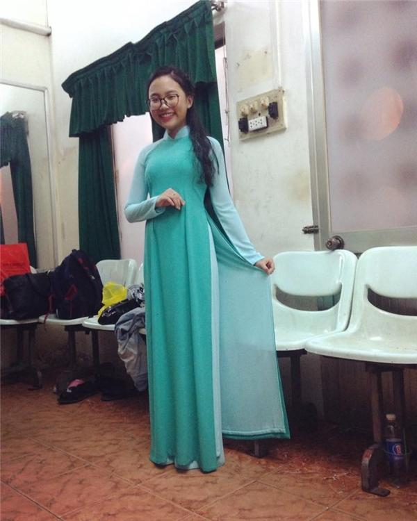 Phương Mỹ Chi thường xuyên diện áo dài khi tham gia các buổi trình diễn. Trang phục giúp nữ ca sĩ nhí trông vô cùng thanh tao, nhẹ nhàng nhưng cuốn hút. Ở tuổi 13, việc làm điệu ngày càng được cô nàng quan tâm đặc biệt.