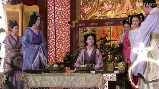 Sao giữa chốn hậu cung thời Tây Hán bên cạnh Vệ Tử Phu lại xuất hiện chiếc micro kì lạ thế kia nhỉ?