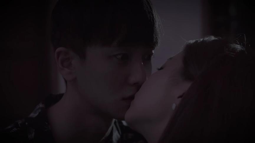 """Nụ hôn đầu tiên của drama tương tác """"YOU & I""""."""