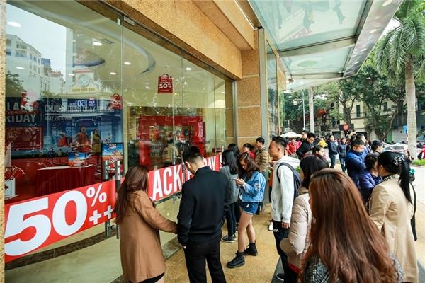 Tại trung tâm thương mại Vincom Center Bà Triệu, Hà Nội, tuy là ngày đi làm nhưng rất đông người đã đứng xếp hàng từ 6h - 7h sáng.