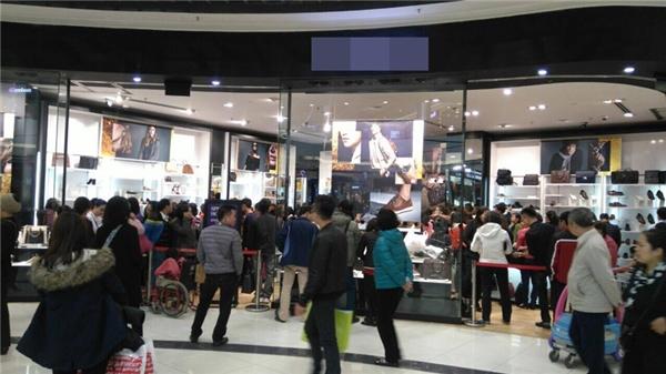 Tại trung tâm thương mại AEON Mall Long Biên cũng diễn ra tình trạng tương tự.