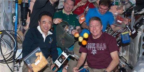 Trên trạm không gian có các phi hành gia của Mỹ, Pháp và Nga chia sẻ các món ăn cùng nhau. Ảnh: Nasa