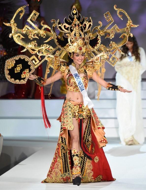 Đặc biệt, thiết kế bị nhận xét có phần giống với trang phục truyền thống của Indonesia, Thái Lan, Myanmar trong những năm gần đây tại các cuộc thi hoa hậu lớn, mang nặng tính trình diễn như: Hoa hậu Hoàn vũ, Hoa hậu Hòa bình Quốc tế,…