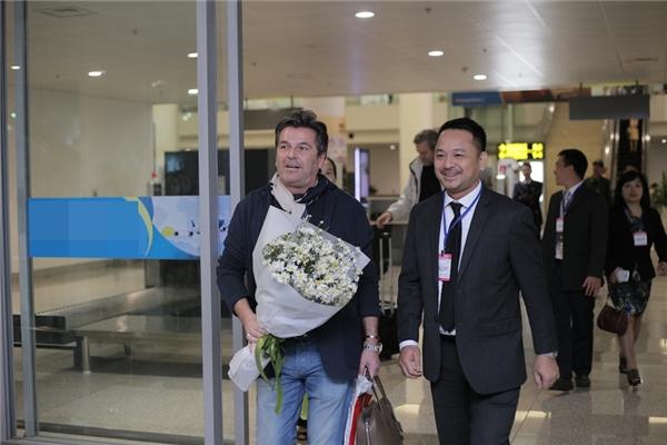 Sau chuyến bay dài, sáng sớm nay ngày 25/11,giọng nam chính của ban nhạc huyền thoại Modern Talking, Thomas Anders đã có mặt tại sân bay Nội Bài.