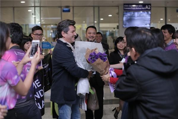 Vừa tới cửa sân bay, ông thích thú khi đượcfan hâm mộđón chờ từ sớm, và ông đặc biệt thú vị với bó hoa cúc họami được tặng từ BTC đêm nhạcModern Talkingtại Hà Nội.