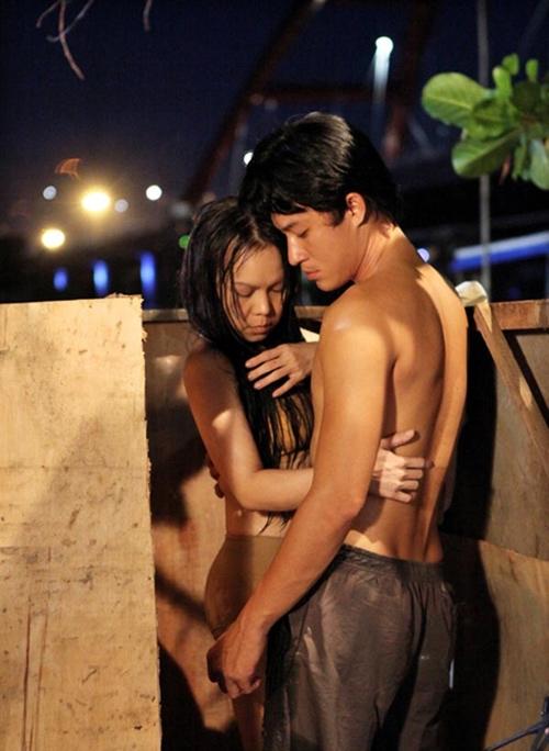 """Chính vì thế để đảm bảo """"an toàn"""" cho Việt Hương, cô đã được đạo diễn cho phép sử dụng đạo cụ che chắn cơ thể để thoải mái diễn xuất. - Tin sao Viet - Tin tuc sao Viet - Scandal sao Viet - Tin tuc cua Sao - Tin cua Sao"""