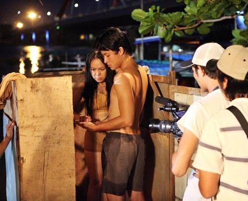 """Tương tự các diễn viên khác, """"cảnh nóng"""" của Việt Hương cũng có sự chứng kiến của nhiều người trong đoàn phim. - Tin sao Viet - Tin tuc sao Viet - Scandal sao Viet - Tin tuc cua Sao - Tin cua Sao"""