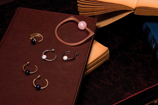 Họa tiết hình học đính hạt đá khiến những chiếc nhẫn và hoa tai trở nên vừa quen vừa lạ.