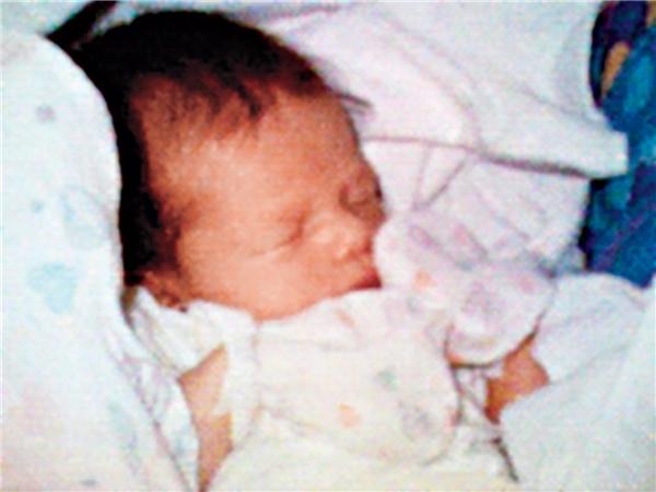 Bức ảnh chụp con gái đầu lòng của Kahn chính là bức ảnh đầu tiên trên điện thoại.
