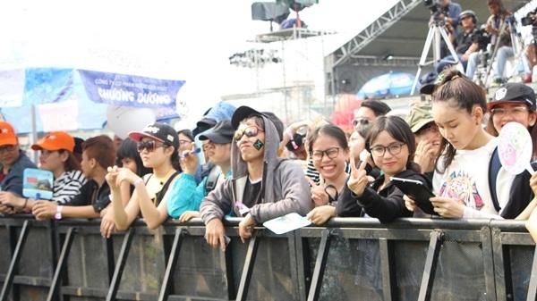 Những khán giả trẻ không ngại nắng nóng, cổ vũ dàn nghệ sĩ cực kì nhiệt tình.