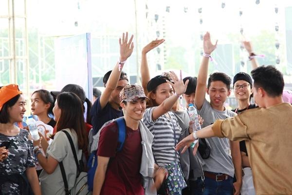 Không khí trẻ trung lan tỏa khắp sân vận động Phú Thọ.