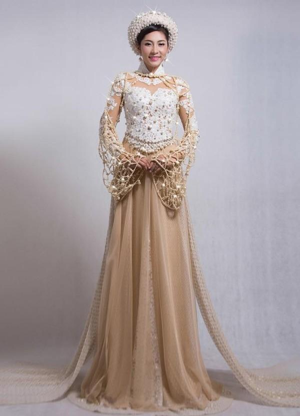 Năm 2014, Đặng Thu Thảo tham gia Hoa hậu Quốc tế và mang đến bộ trang phục truyền thống có tên Báu vật đại dương. Dù đượcđính hàngnghìn viên ngọc trai, đá quý và có giá 5 tỉđồng nhưng thiết kế này lại bị nhận xét giống lưới đánh cá hay áo dài cô dâu.