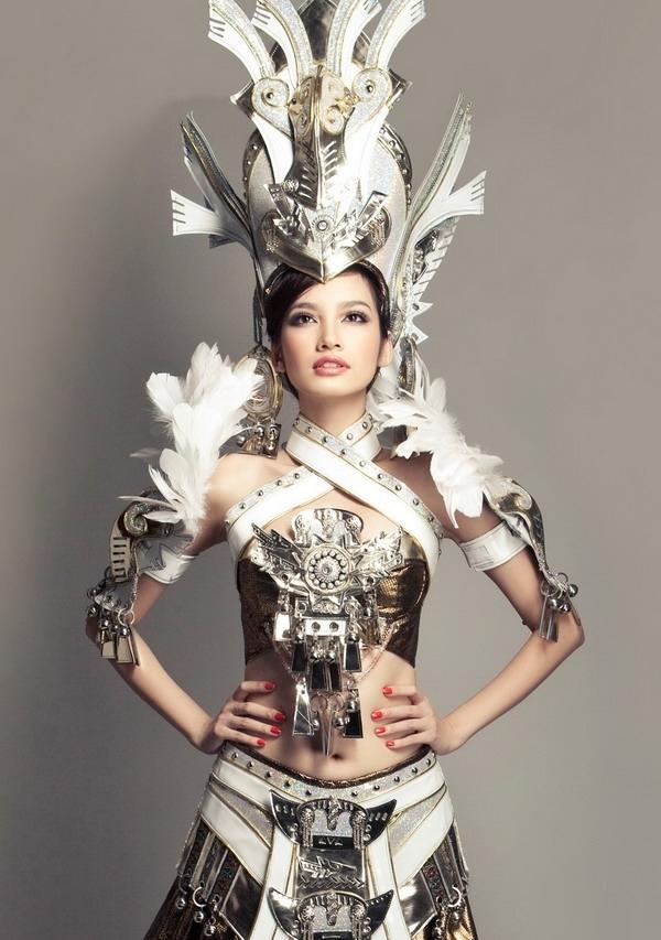 Trước đó 3 năm, Trúc Diễm cũng từng là đại diện của Việt Nam tại Hoa hậu Quốc tế. Trang phục truyền thống của người đẹp này lấy ý tưởng từ thời Hùng Vương, có thiết kế cầu kì, cồng kềnh và trông khá nặng nề như của Khả Trang.