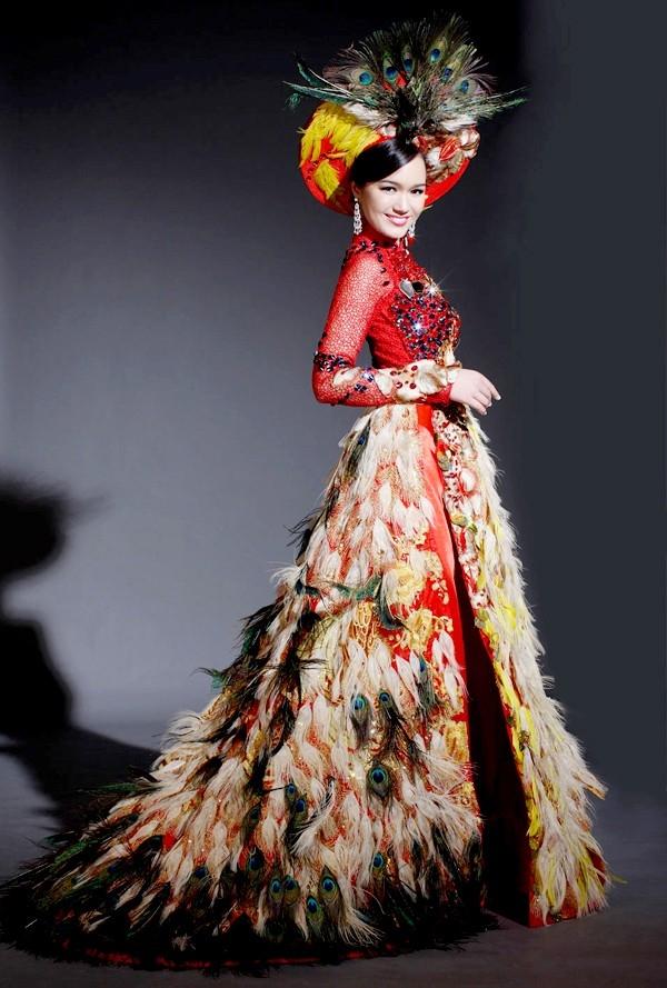 Bộ áo dài của Victoria Thúy Vy diện tại Hoa hậu Thế giới 2011 khiến người xem sởn gai ốc với hàng loạt chi tiết lông đính kết, bị nhận xét là quá rối mắt, kém tinh tế.