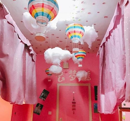 Căn phòng kí túc đặc biệt này mang số 543 – là một trong những tác phẩm dự thi cuộc thi Phòng kí túc xá đẹp nhất của trường Đại học Tây Hoa ở Thành Đô, Tứ Xuyên, Trung Quốc.